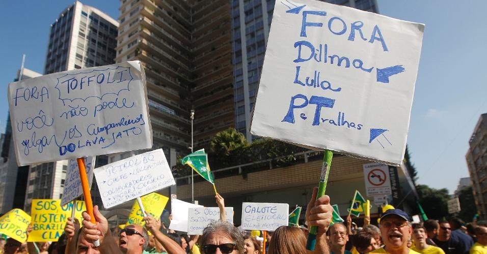 """12.abr.2015 - Manifestantes erguem cartazes com dizeres como """"Fora Dilma Lula PT"""" durante protesto contra o governo da presidente Dilma Rousseff na avenida Paulista, em São Paulo"""
