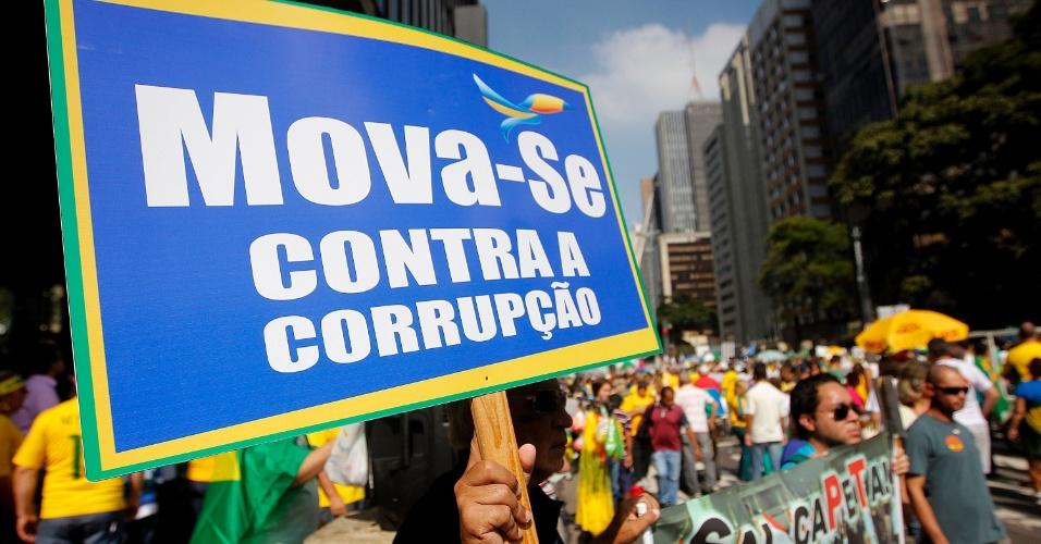 """12.abr.2015 - Manifestante ergue cartaz """"Mova-se contra a corrupção"""" durante protesto contra o governo da presidente Dilma Rousseff na avenida Paulista, em São Paulo"""