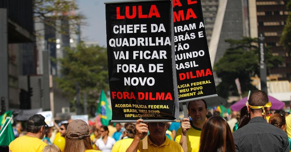 """12.abr.2015 - Manifestante ergue cartaz com a frase """"Lula chefe da quadrilha vai ficar fora de novo"""" durante protesto contra o governo da presidente Dilma Rousseff na avenida Paulista, em São Paulo"""