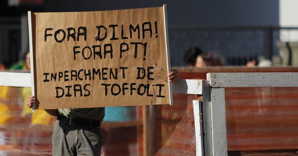 """12.abr.2015 - Manifestante ergue cartaz com frase """"Fora Dilma, fora PT"""" durante protesto contra o governo da presidente Dilma Rousseff na avenida Paulista, em São Paulo"""