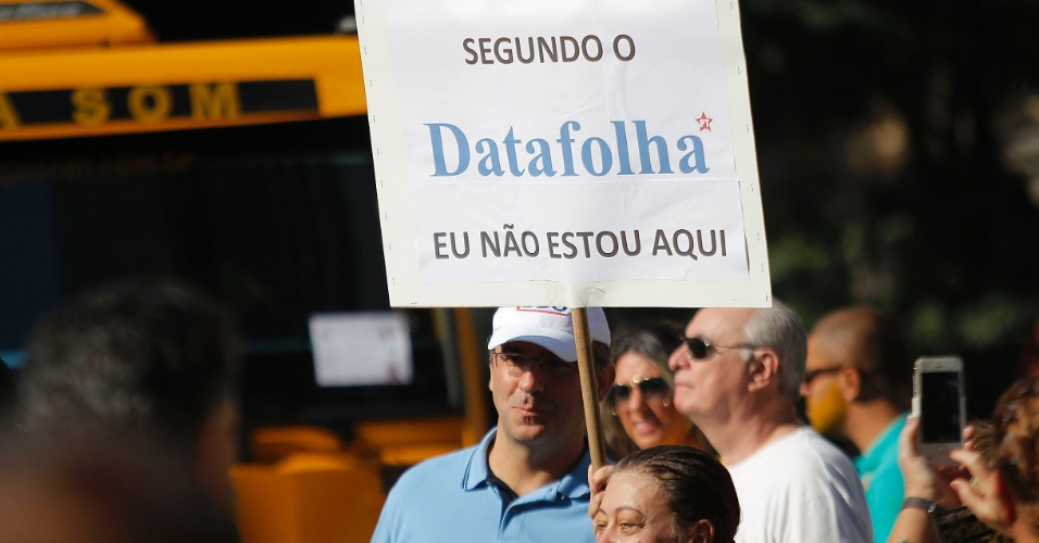"""12.abr.2015 - Cartaz exibe a frase """"Segundo o Datafolha, eu não estou aqui"""" durante protesto contra o governo da presidente Dilma Rousseff na avenida Paulista, em São Paulo"""