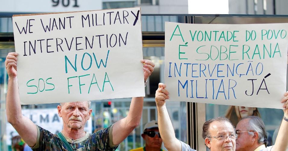 """12.abr.2015 - Manifestante ergue cartaz em inglês em que se lê """"Nós queremos intervenção militar agora"""" durante protesto contra o governo da presidente Dilma Rousseff na avenida Paulista, em São Paulo"""