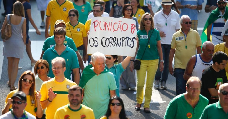 """12.abr.2015 - Manifestante segura cartaz com a frase """"Punição para os corruptos"""" durante protesto contra o governo da presidente Dilma Rousseff na avenida Paulista, em São Paulo"""