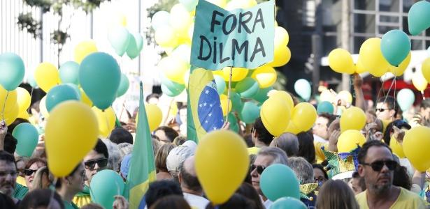 12.abr.2015 - Manifestante ergue cartaz durante protesto contra o governo da presidente Dilma Rousseff