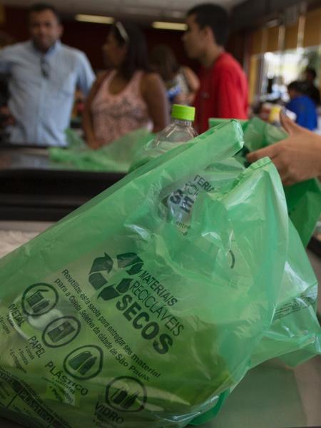Modelo de sacola plástica distribuído em supermercados - Davi Ribeiro - 2.abr.2015/Folhapress