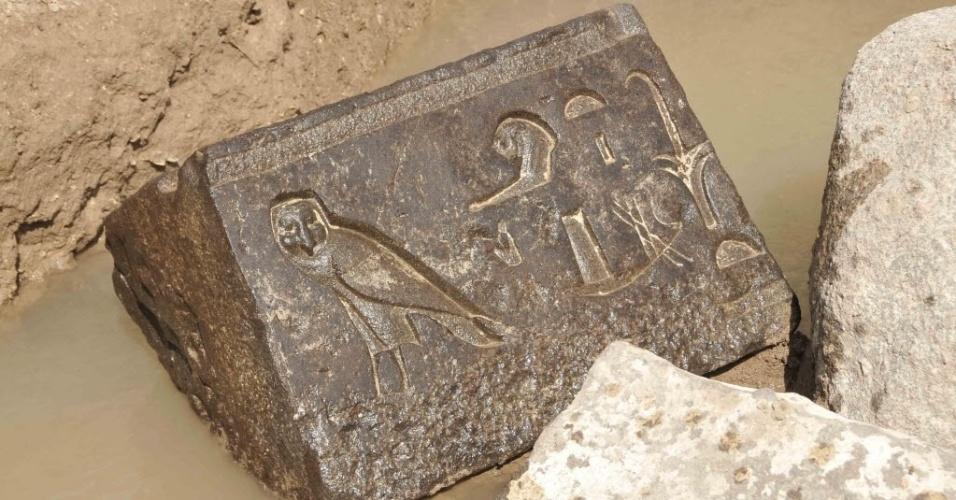 14.abr.2015 - Imagem fornecida pelo Ministério de Antiguidades mostra blocos de basalto esculpidos, encontrados ao fundo de uma cripta no tempo do rei Nectanebo 1º, a última dinastia faraônica que governou o Egito por mais de 2.300 anos. A descoberta foi anunciada hoje por arqueólogos egípcios e alemães. Na mesma área, os arqueólogos encontraram parte de uma estátua do faraó Merneptah (1295-1186 a.C)