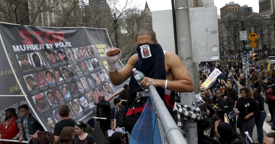 14.abr.2015 - Manifestantes pulam uma cerca durante protesto contra brutalidade policial, diante dos novos casos de violência policial contra os homens negros desarmados nos Estados Unidos, em Nova York (EUA), nesta terça-feira (14). A manifestação foi organizada com o objetivo de revigorar um debate nacional sobre a questão