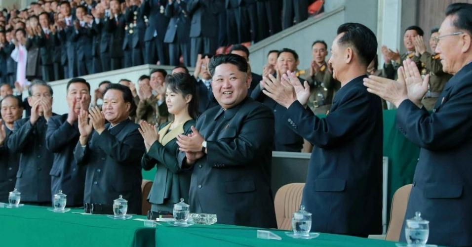 14.abr.2015 - O ditador norte-coreano, Kim Jong-un, aparece ao lado da sua mulher, Ri Sol-ju, e outros oficiais de primeira linha durante uma partida de futebol no estádio Kim Il-sung, em Pyongyang, em fotografia cedida por fotógrafo do jornal do partido que governa do país. Essa é a primeira aparição pública da mulher do ditador desde 17 de dezembro de 2014, quando o casal assistiu a uma cerimônia em memória do terceiro aniversário da morte de Kim Jong-il