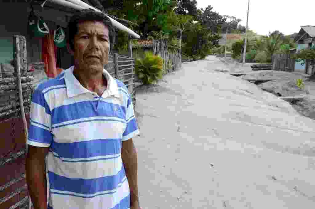 15.abr.2015 - Benedito de Lima, 55, coordenador do acampamento Santa Cruz, espera há 15 anos uma definição do Incra (Instituto Nacional de Colonização e Reforma Agrária) para sacramentar a posse da terra - Beto Macário/UOL
