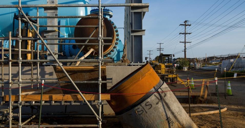 22.abr.2015 - Tubo que liga a planta de dessalinização de Carlsbad ao aqueduto de San Diego. Ignorada por ser uma opção cara e ambientalmente duvidosa, a dessalinização está novamente em pauta na Califórnia, apesar de alguns afirmarem que as construções se tornarão elefantes brancos quando as chuvas voltarem