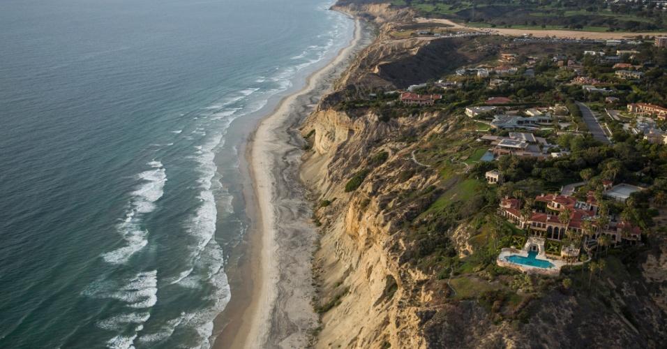 22.abr.2015 - Mansões ao longo da costa do Pacífico, em La Jolla, uma das muitas comunidades que serão servidas pela nova usina de dessalinização em Carlsbad, na Califórnia