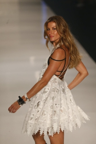 15.abr.2015 - A modelo Gisele Bundchen faz o ultimo desfile de sua carreira pela grife Colcci durante o São Paulo Fashion Week, que comemora 20 anos no Parque Villa Lobos, em São Paulo