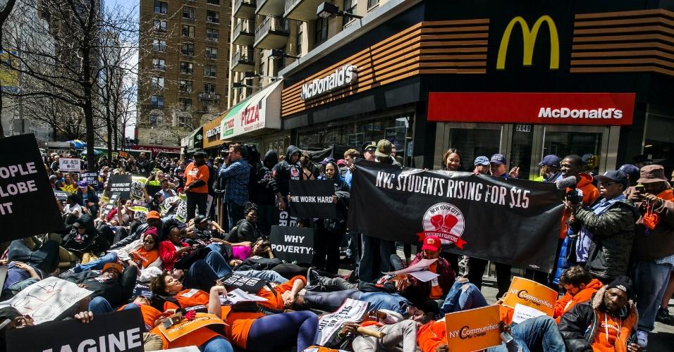 15.abr.2015 - Funcionários de redes de fast food protestam em Nova York (EUA) pedindo aumento do salário mínimo para US$ 15 por hora