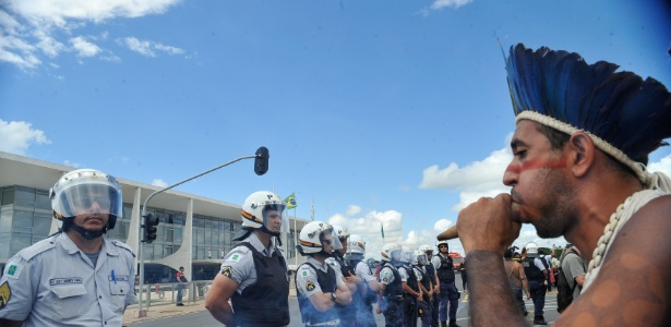 Índios protestam em frente à Esplanada dos Mnistérios contra a PEC 215 que transfere do governo federal para o Congresso a atribuição de oficializar terras indígenas, unidades de conservação e territórios quilombolas. De acordo com o Cimi (Conselho Indigenista Missionário), 1,5 mil indígenas vieram a Brasília na Semana de Mobilização nacional Índigena e estão no Acampamento Terra Livre (ATL) - Elza Fiúza/Agência Brasil