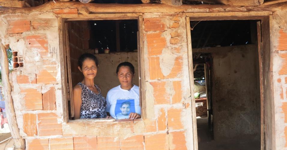 11.abr.2015 - A irmã mais velha de Teresa, Lúcia (à esquerda), vive na casa com seis dos seus oito filhos que ainda não saíram de casa. Desde que a família chegou, os 11 se apertam no espaço