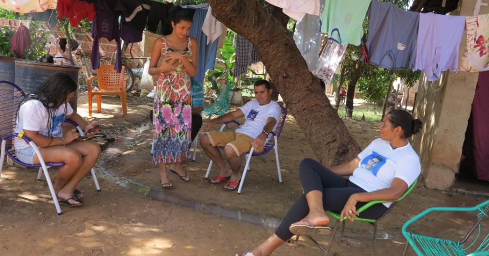 11.abr.2015 - A família costuma se reunir no quintal da casa