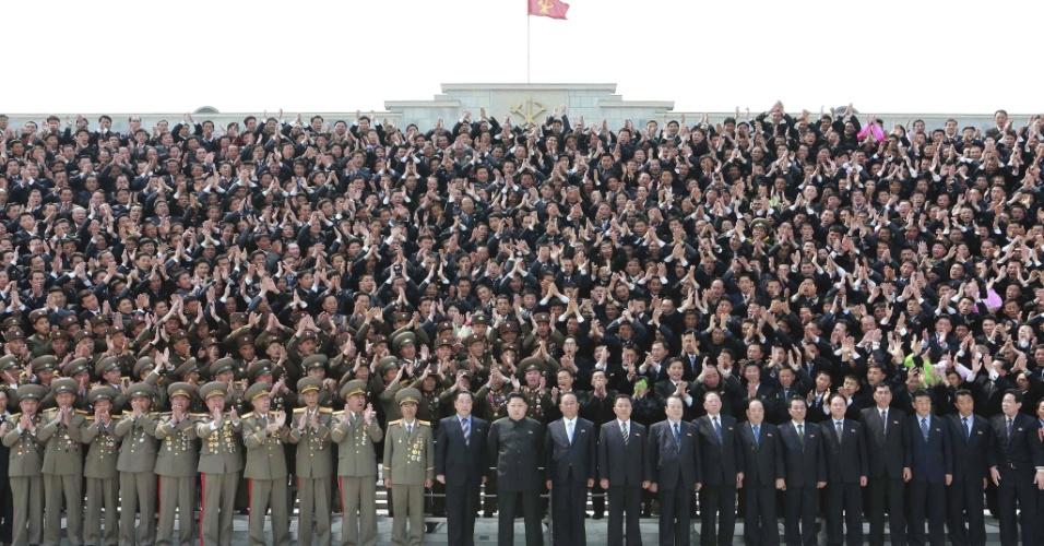 16.abr.2015 - Em imagem sem data divulgada pela agência estatal KCNA, o líder da Coreia do Norte, Kim Jong-un, posa diante de cientistas, técnicos e operários em Pyongyang, em reconhecimento à contribuição dos trabalhadores na produção de aviões e equipamentos aéreos