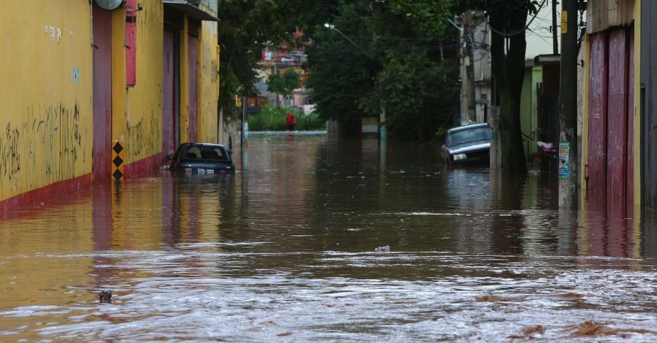 16.abr.2015 - Forte chuva desta quinta-feira (16) causa alagamento no bairro de Rochdale, em Osasco (SP). A água chegou a carregar alguns veículos que estavam estacionados