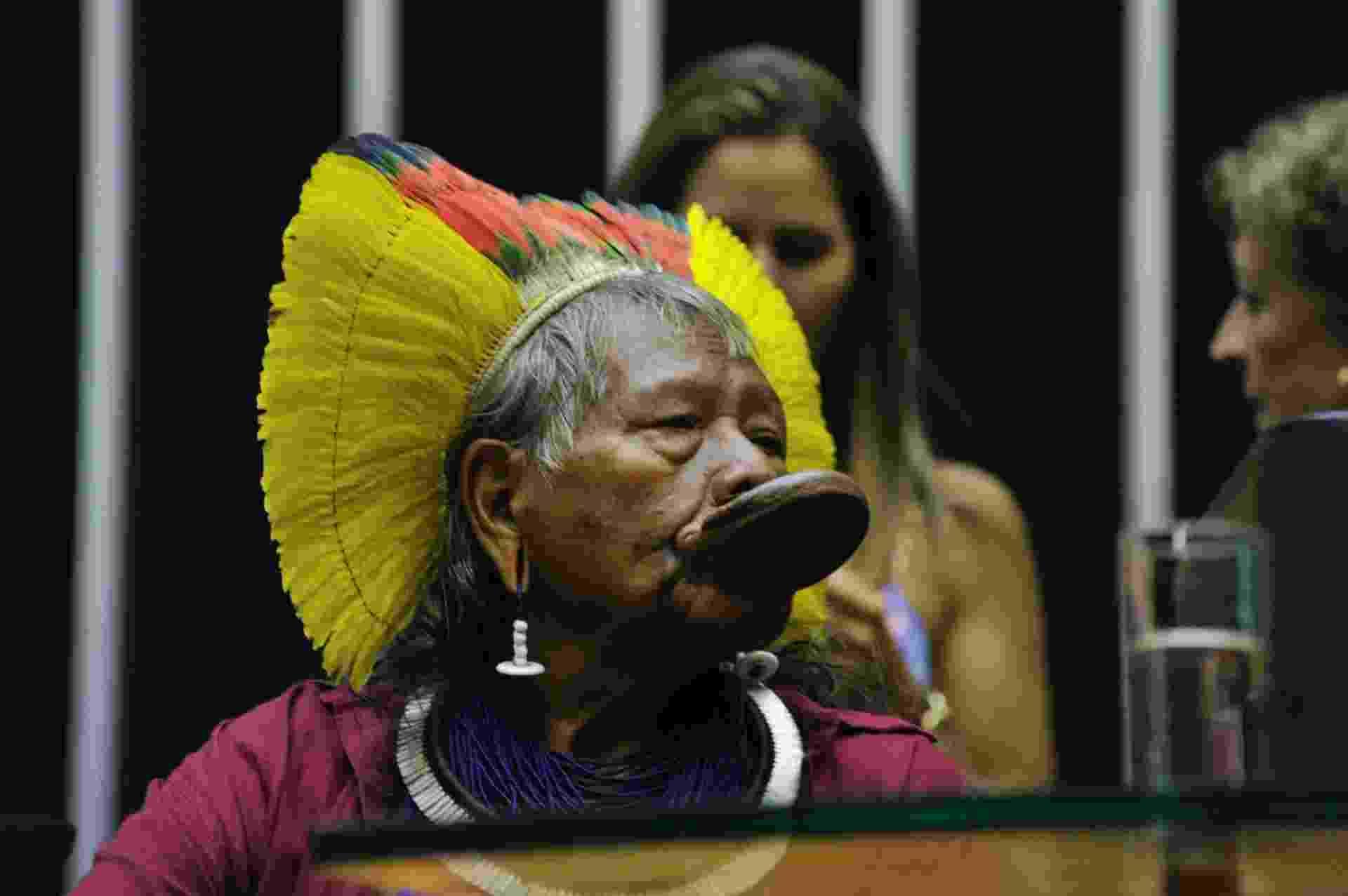16.abr.2015 - Cacique Raoni Metuktire participa juntamente com outras lideranças indígenas de sessão solene na Câmara dos Deputados em homenagem ao Dia do Índio, comemorado em 19 de abril. Desde terça-feira (14), quando deram início ao Acampamento Terra Livre, as lideranças indígenas cumprem agenda no Parlamento onde apresentam suas reivindicações - Geraldo Magela/Agência Senado
