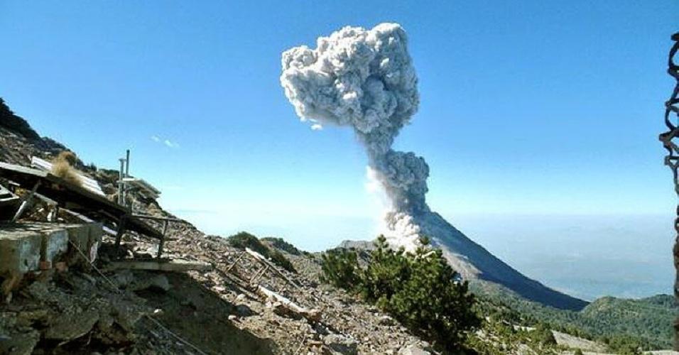 16.abr.2015 - O vulcão mexicano de Colima, que fica no oeste do país, expele uma coluna de fumaça de mais de 3.500 metros de altura na manhã desta quinta-feira (16), que provocou uma chuva de cinzas sobre Ciudad Guzmán, sem causar danos, informou a Defesa Civil