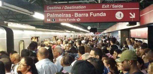 16.abr.2015 - Plataforma lotada da estação Pedro 2º da Linha 3-Vermelha do Metrô de São Paulo