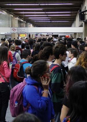 Usuários do metrô enfrentam fila para embarcar na Estação Ana Rosa, em SP