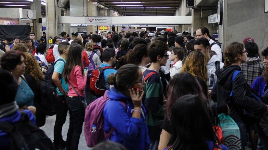 Usuários do metrô enfrentam fila para embarcar na estação Ana Rosa na zona sul de São Paulo (16.abr.2015) - Mariana Topfstedt/Sigmapress/Estadão Conteúdo