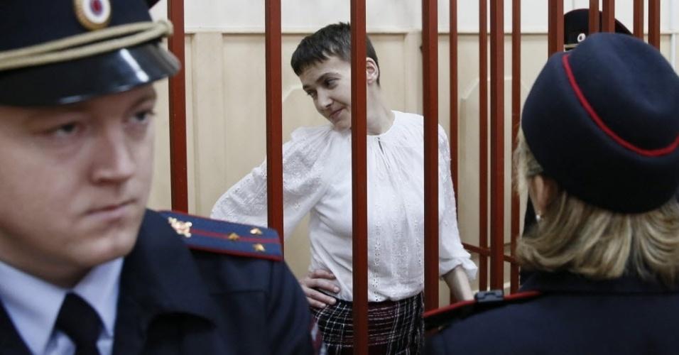 17.abr.2015 - A piloto ucraniana Savchenko Nadezhda espera em uma cela do tribunal Basmanny, em Moscou, Rússia, nesta sexta-feira (17). Savchenko é acusada de cooperação no assassinato de dois jornalistas russos, mortos em um bombardeio no leste da Ucrânia