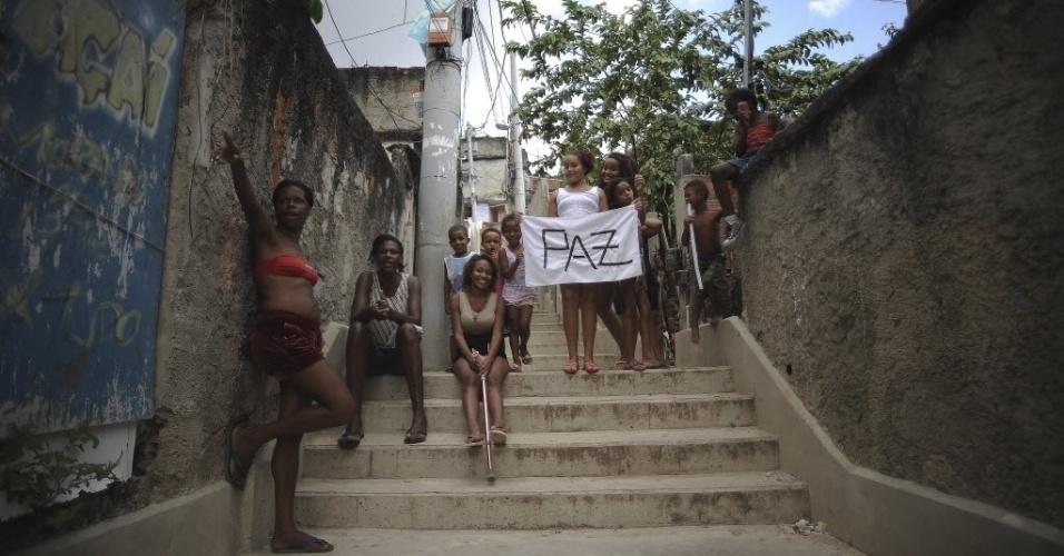 17.abr.2015 - Moradores carregam cartaz em que pedem