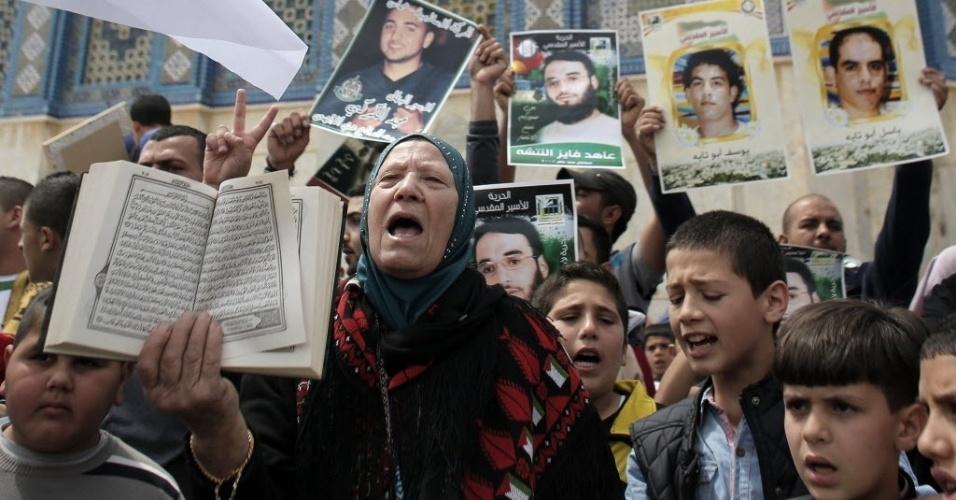 17.abr.2015 - Palestinos fazem manifestação para lembrar o Dia do Prisioneiro, na mesquita Al-Aqsa, na cidade velha de Jerusalém. O número atual de palestinos detidos em prisões israelenses é de pelo menos 6.200