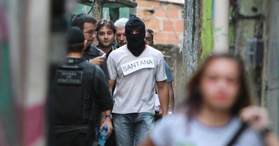 17.abr.2015 - Policial militar identificado como Santana chega encapuzado ao Complexo do Alemão, na zona norte do Rio de Janeiro, para participar da reconstituição da morte do menino Eduardo de Jesus Ferreira, 10, nesta sexta-feira (17)