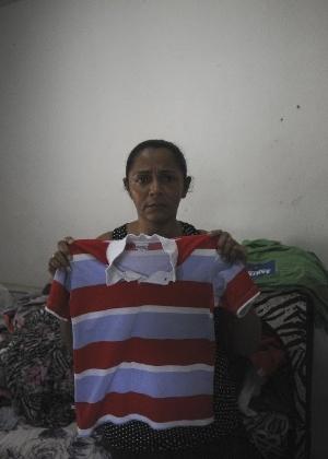 Terezinha, mãe do menino Eduardo, participa da reconstituição do crime  - Fábio Teixeira/UOL