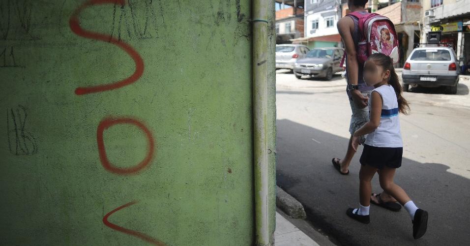 9.abr.2015 - Criança segue para a escola na comunidade de Nova Brasília no Complexo do Alemão, na zona norte do Rio de Janeiro. No dia 2 de abril, o menino Eduardo de Jesus Ferreira, 10, foi morto por um tiro de fuzil na porta de casa durante uma ação da Polícia Militar. A foto foi feita na quinta-feira (9)