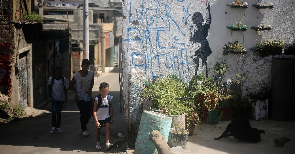 9.abr.2015 - Crianças seguem para a escola na comunidade de Nova Brasília no Complexo do Alemão, na zona norte do Rio de Janeiro. No dia 2 de abril, o menino Eduardo de Jesus Ferreira, 10, foi morto por um tiro de fuzil na porta de casa durante uma ação da Polícia Militar