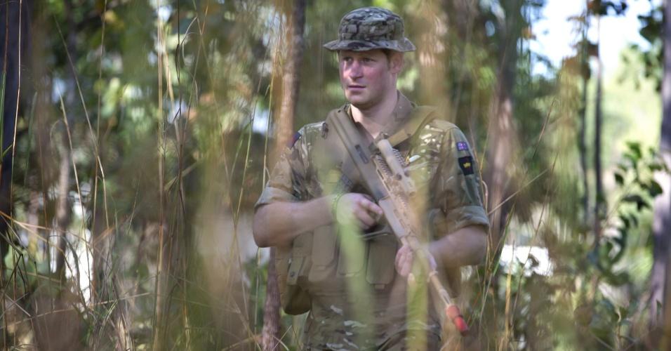 15.abr.2015 - Príncipe Harry participa de patrulha durante um exercício da Artilharia Real Australiana, no Território do Norte, na Austrália, em foto datada de 15 de abril e divulgada três dias depois pelo Departamento de Defesa do país. Ele chegou à Austrália no início de abril para realizar treinamentos por um mês com as Forças Armadas do país, antiga colônia britânica