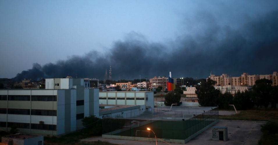 18.abr.2015 - Uma coluna de fumaça negra sobe de local de Benghazi (Líbia) cenário de confrontos entre forças pró-governo, apoiados pela população local, e rebeldes. O Conselho Shura de Revolucionários Líbios, que derrubou o ex-ditador Gaddafi em 2011, juntou forças ao grupo islamita Ansar al-Sharia - considerado terrorista pela ONU