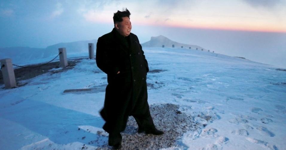 18.abr.2015 - Imagem divulgada pela agência de notícias da Coreia do Norte Korean Central (KCNA) neste domingo (19), datada de ontem, mostra o ditador Kim Jong-un avistando o amanhecer do cume do Monte Paektu