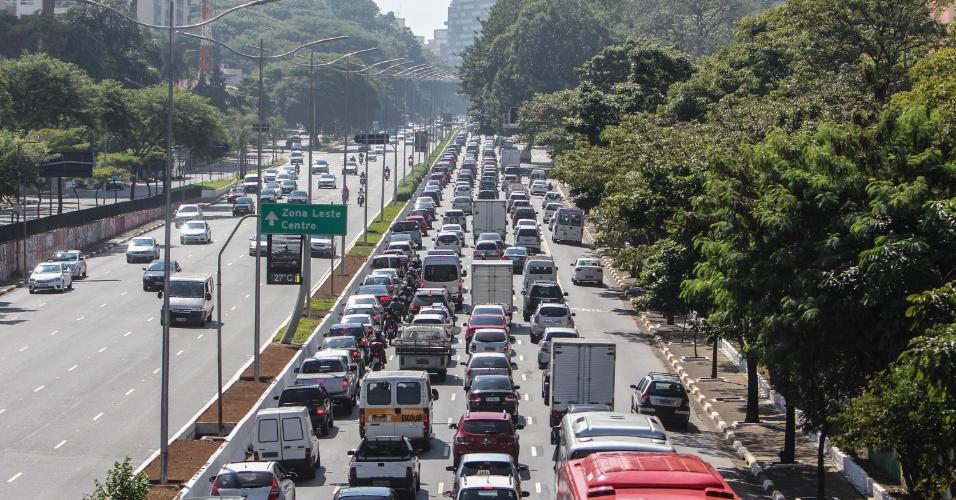 20.abr.2015 - Feriado prolongado nem sempre é sinônimo de trânsito tranquilo em São Paulo. Na manhã desta segunda (20), véspera do feriado de Tiradentes, a avenida 23 de Maio ficou congestionada no sentido centro