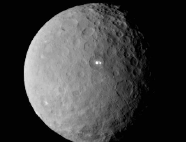 Imagem divulgada pela Nasa (agência espacial americana) registra pontos luminosos no planeta anão Ceres, em fotos feitas pela sonda Dawn - JPL-Caltech/UCLA/MPS/DLR/IDA/NASA
