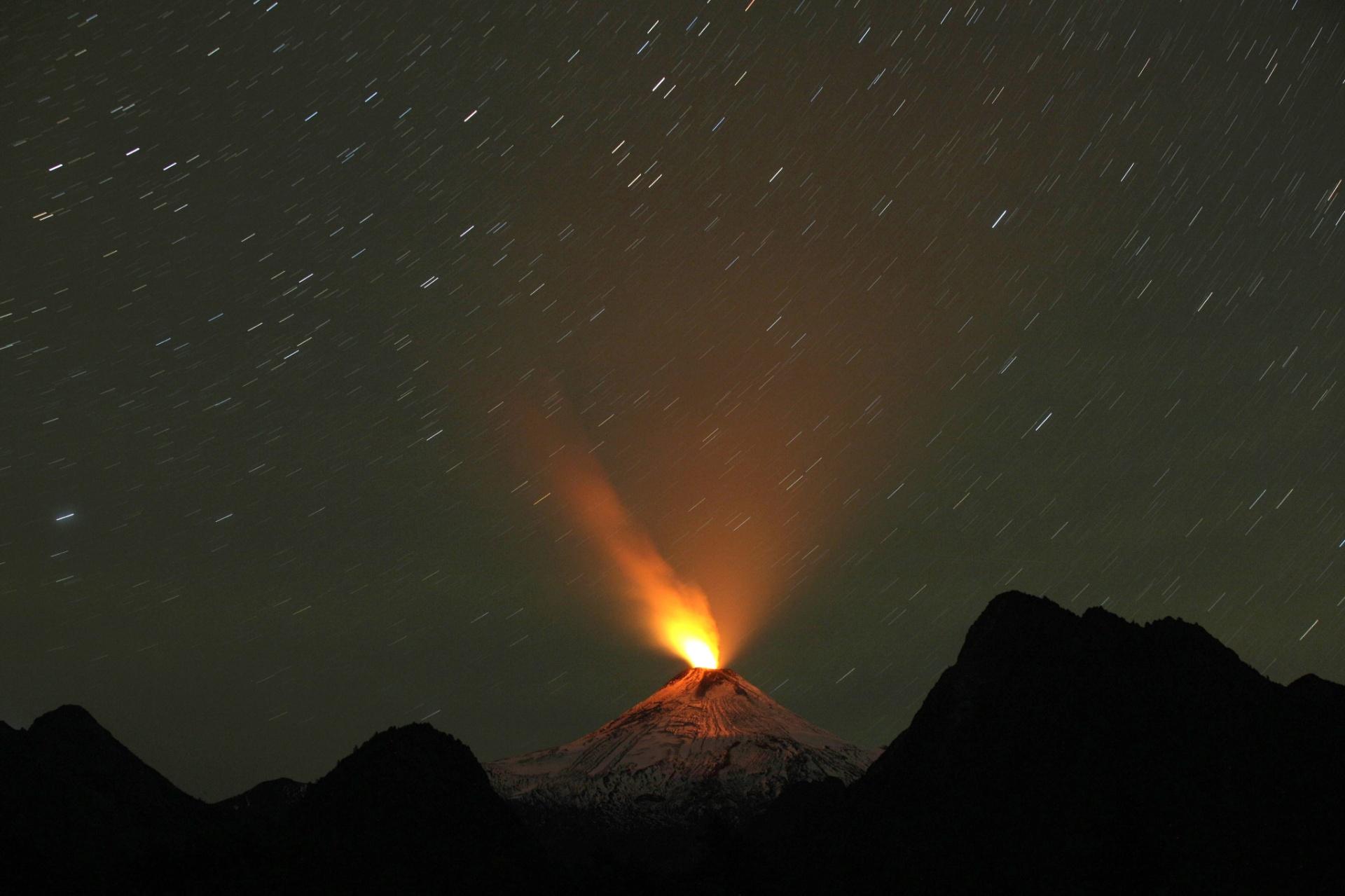 21.abr.2015 - Vulcão Villarica expele lava em Pucón, a 800km km ao sul de Santiago, no Chile, mostrando sinais visíveis de atividade, nesta terça-feira (21)
