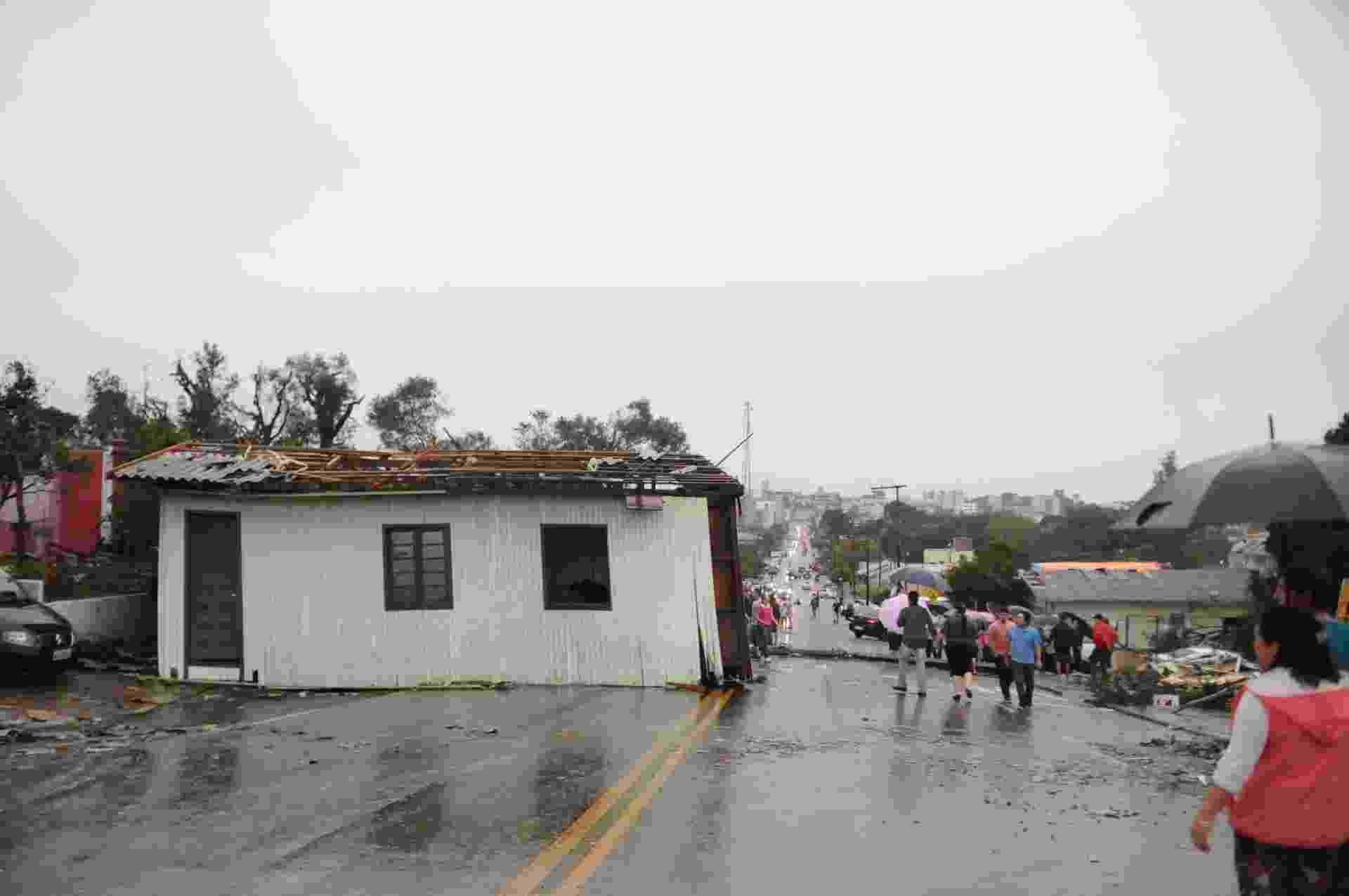 22.abr.2015 - 22.abr.2015 - Casa fica no meio da pista após a passagem de um tornado no início da tarde de segunda-feira (20), que deixou um rastro de estragos e causou duas mortes em Xanxerê, no oeste de Santa Catarina.  Pelo menos duas pessoas morreram e mil estão desabrigadas - Sirli Freitas/Agência RBS