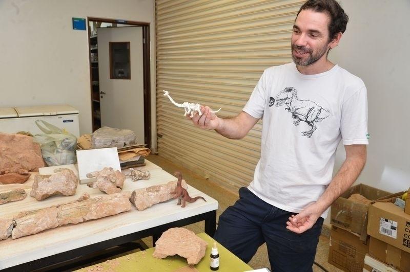 22.abr.2015 - De acordo com o paleontólogo Rodrigo Miloni Santucci, que coordena os trabalhos, serão necessários cinco anos para analisar os ossos e compará-los com o de outros dinossauros