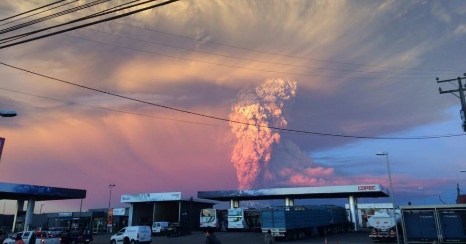 22.abr.2015 -  O vulcão Calbuco entrou em erupção no Chile nesta quarta-feira (22) e levantou uma coluna de cinza de 20 quilômetros de altura. O Ministério do Interior declarou o alerta vermelho na região e mais de 1.500 pessoas já estão sendo desalojadas das cidades das cidade próximas
