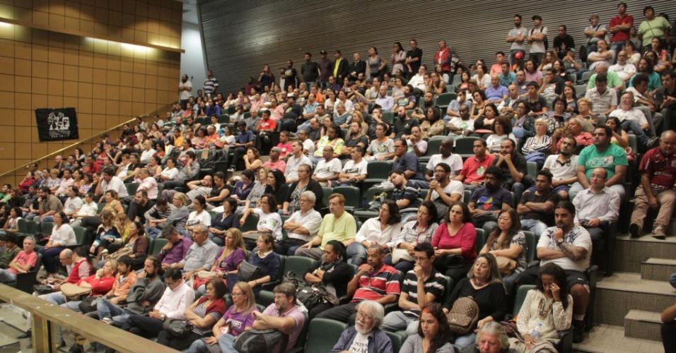 22.abr.2015 - Professores estaduais participam de audiência pública sobre a greve da categoria, na Assembleia Legislativa de São Paulo