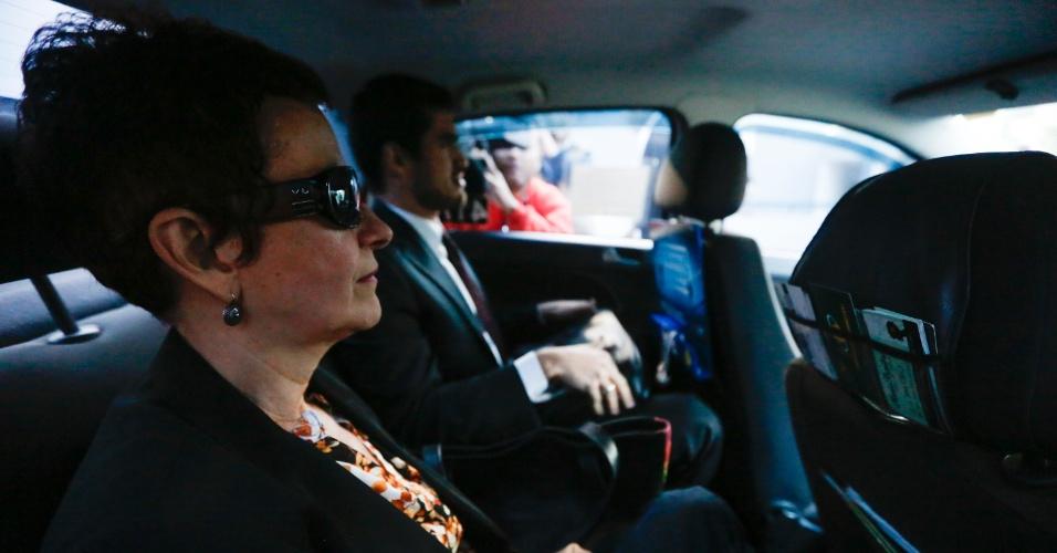 23.abr.2015 - A cunhada de João Vaccari Neto, Marice Lima, deixa a sede da Polícia Federal em Curitiba (PR) nesta quinta-feira (23), onde estava presa há uma semana. Ela é suspeita de receber propina da empreiteira OAS. O alvará de soltura foi emitido na manhã desta quinta pelo juiz Sérgio Moro, que conduz as ações da Operação Lava Jato