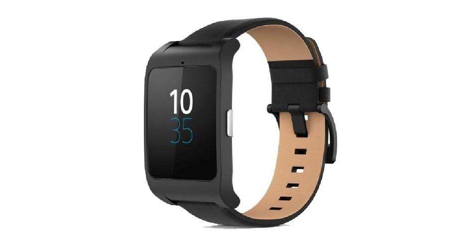 23.abr.2015 - A Sony Mobile traz ao mercado brasileiro a versão em couro do SmartWatch 3 por R$ 999. Com processador Quad ARM A7, 1,2 Ghz e 512 MB de RAM, o Android Wear possibilita que o usuário faça buscas, responda mensagens do WhatsApp e envie SMS por meio de comando de voz. O relógio não precisa necessariamente estar próximo ao smartphone para funcionar. Além de GPS integrado, tem até 4 GB de memória interna, sensores de luz de ambiente, acelerômetro e bússola. É à prova d?água (IP68). A bateria, segundo a empresa, pode durar até dois dias de uso