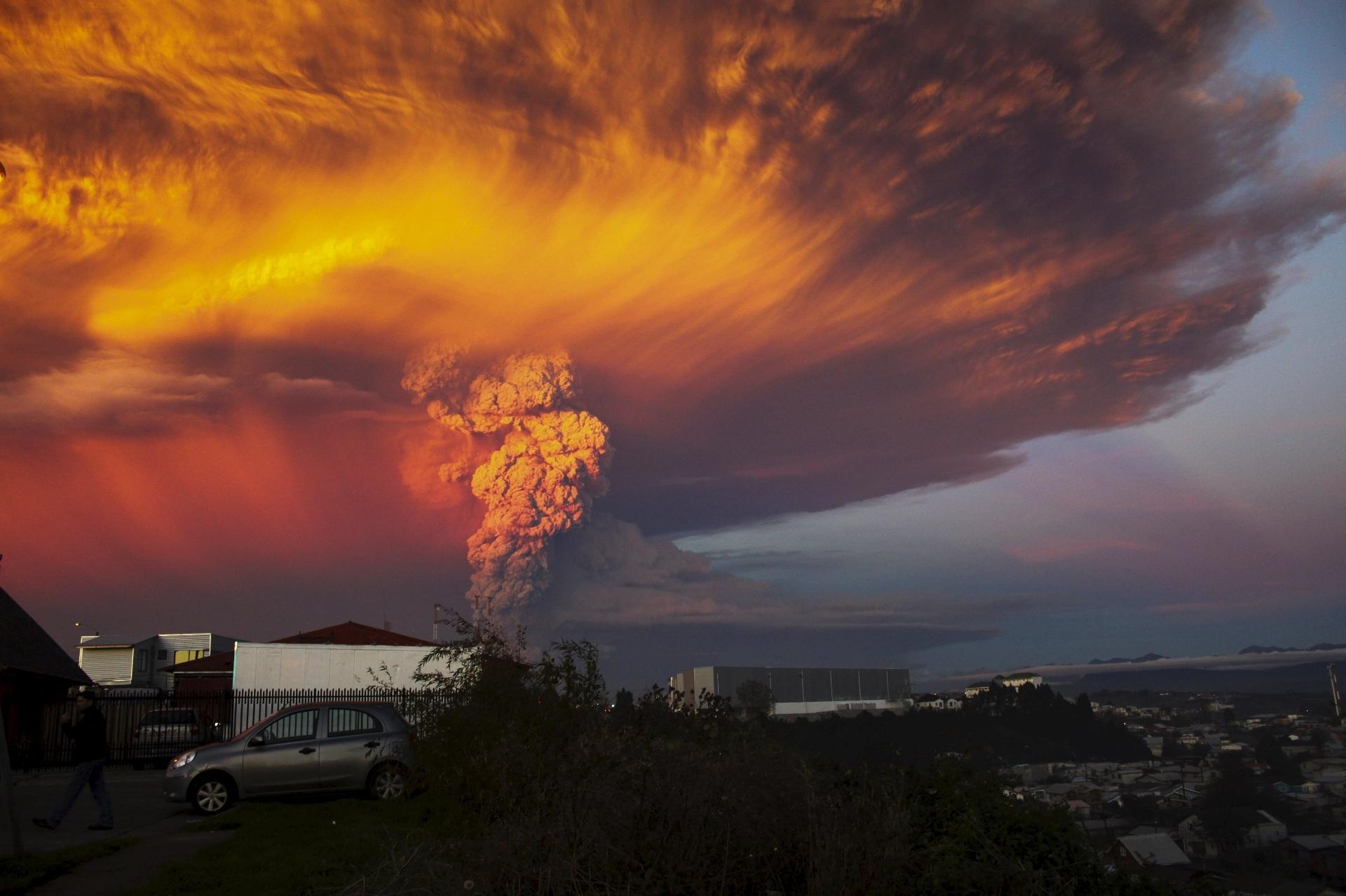 23.abr.2015 - Erupção do vulcão Calbuco após mais de quatro décadas mudou a cor do céu no sul do Chile. O governo do país decretou estado de excepção em cidades próximas ao vulcão