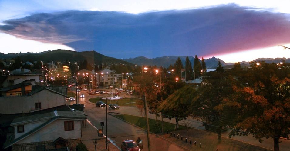 23.abr.2015 - Imagem feita de uma janela em Bariloche, na província argentina de Rio Negro, mostra uma nuvem de cinza expelida pelo vulcão Calbuco, no sul do Chile. O vulcão entrou em erupção na quarta-feira (22) pela primeira vez em quase meio século e está entre os três mais perigosos dos 90 vulcões ativos no país. O alerta vermelho (máximo) está em vigor nas cidades de Puerto Montt e Puerto Varas, situadas na região de Los Lagos, cerca de 1.300 km ao sul de Santiago. As aulas estão suspensas na região e os voos foram proibidos sobre a zona em alerta