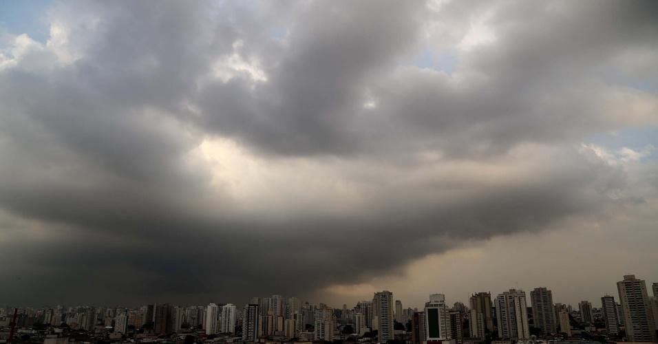 23.abr.2015 - Nuvens carregadas são vistas da Lapa, zona oeste de São Paulo (SP), nesta quinta-feira (23). Segundo o CGE (Centro de Gerenciamento de Emergências), a umidade do ar está variando entre 55% e 90% e há possibilidades de chuvas na capital