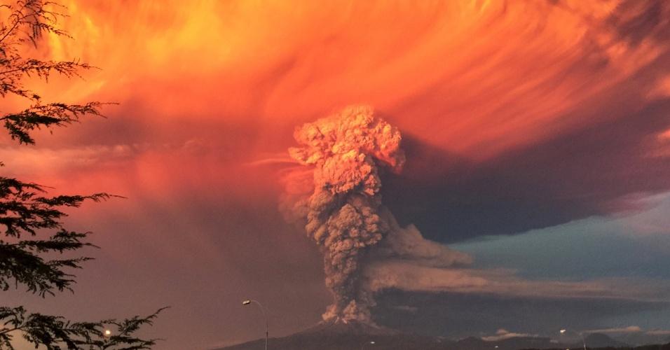 23.abr.2015 - O vulcão Calbuco solta fumaça durante erupção em imagem feita a partir da cidade de Puerto Montt, no Chile. O governo do país decretou estado de exceção em cidades próximas ao vulcão -- foi decretado alerta vermelho e determinada a retirada imediata da população de povoados no entorno da montanha